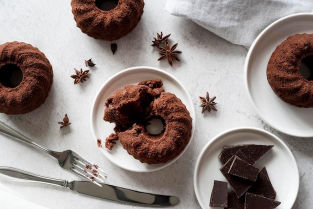 Вид сверху шоколадный торт с звездчатым анисом и кусочками шоколада Бесплатные Фотографии