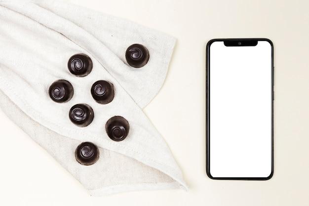 Вид сверху шоколадные конфеты с смартфона Бесплатные Фотографии