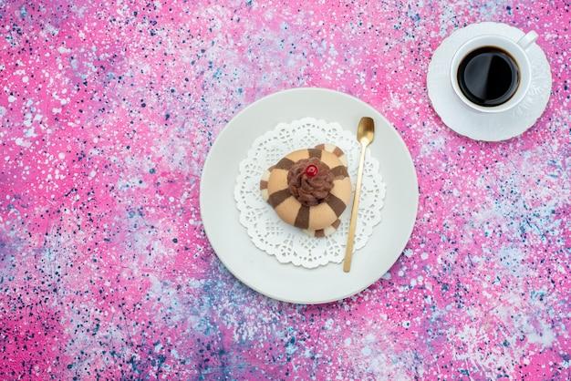 紫色の背景のクッキービスケット甘いコーヒーのカップと上面チョコレートクッキー 無料写真