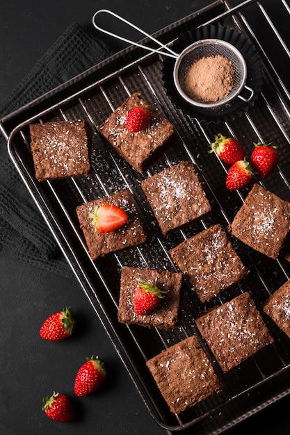 Vista dall'alto dessert al cioccolato con fragole Foto Gratuite