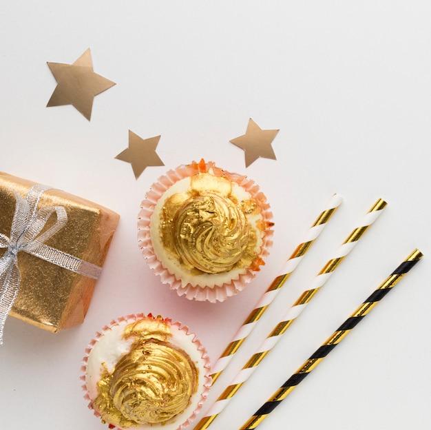 Vista dall'alto cioccolato e regalo Foto Gratuite