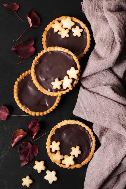 Torte di cioccolato vista dall'alto pronte per essere servite Foto Gratuite