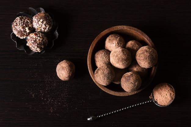 提供する準備ができている上面図チョコレートトリュフ 無料写真