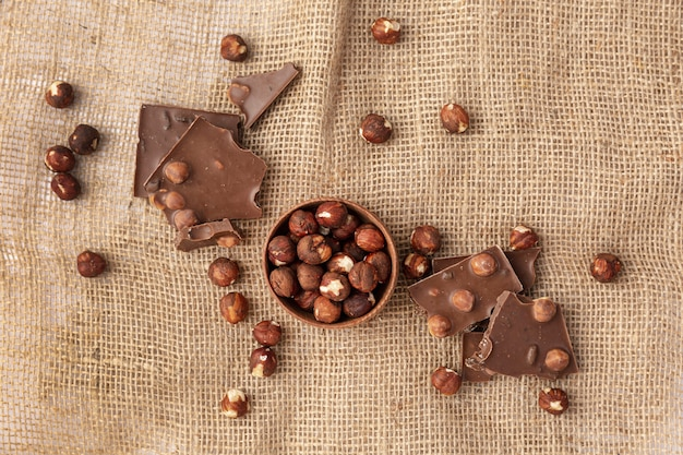 Vista dall'alto di cioccolato con nocciole su tela Foto Gratuite