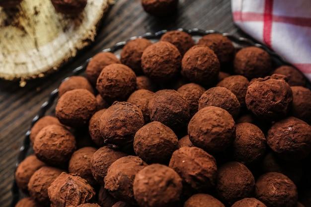 Vista dall'alto di cioccolatini al cacao su un piatto Foto Gratuite