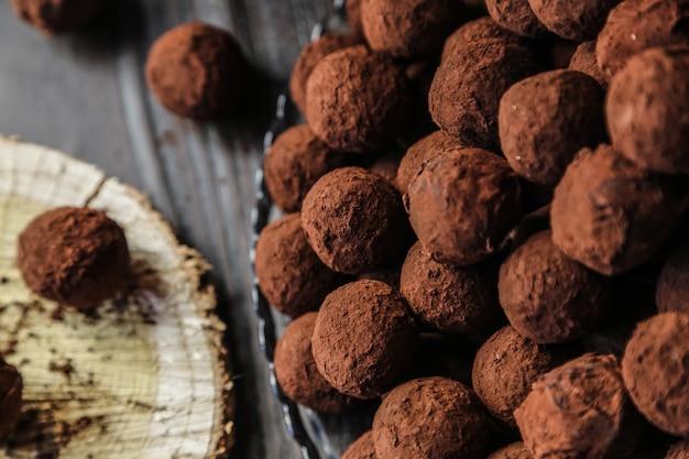 Vista dall'alto cioccolatini al cacao su un supporto Foto Gratuite