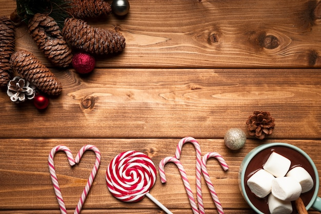 Top view christmas candy with wooden background Free Photo