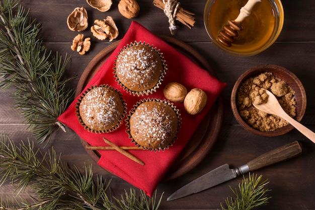 Vista dall'alto di cupcakes di natale con noci e miele Foto Gratuite