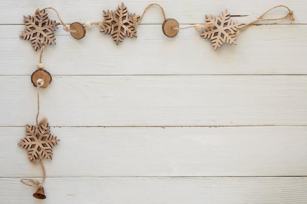 Вид сверху рождественские декоративные снежинки на деревянной доске Бесплатные Фотографии