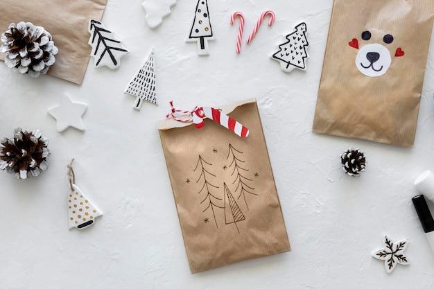 Vista dall'alto del sacchetto di carta natalizio con bastoncino di zucchero Foto Gratuite