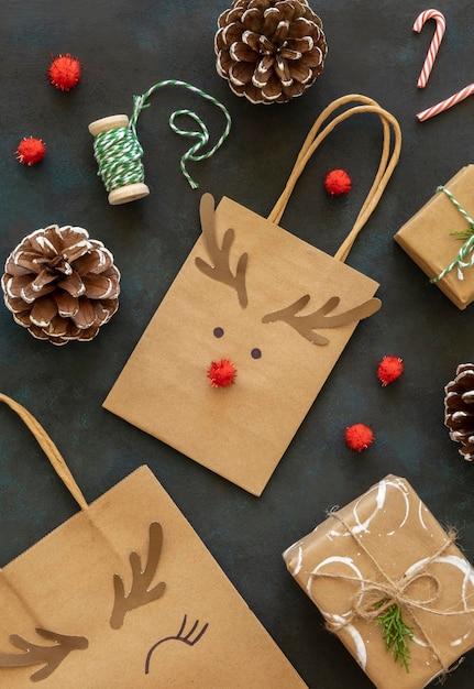 Vista dall'alto del sacchetto di carta natalizio con decorazioni di renne Foto Gratuite