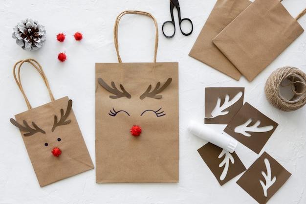 Vista dall'alto di sacchetti di carta natalizi Foto Gratuite