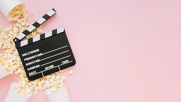 Ciak cinema vista dall'alto con popcorn Foto Gratuite