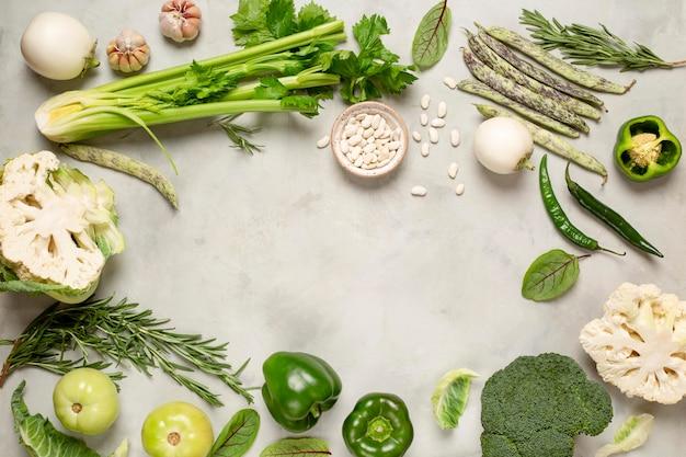 Круглая рамка с зелеными овощами, вид сверху Premium Фотографии