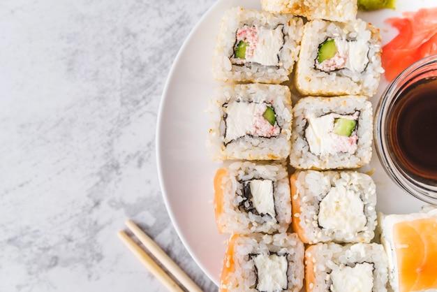 Vista dall'alto vicino del piatto di sushi Foto Gratuite