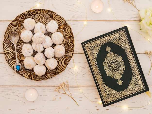 Top view closed quran with pastries Free Photo