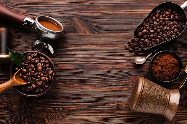Вид сверху кофейные аксессуары на столе Premium Фотографии