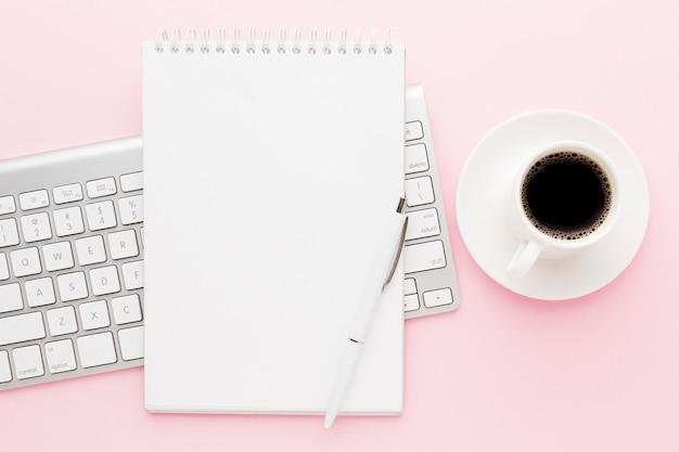Вид сверху украшения кофе и клавиатуры Premium Фотографии