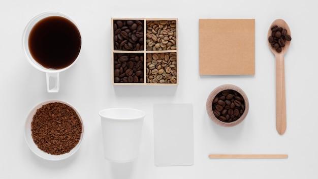 白い背景の上のビューのコーヒーブランドの配置 無料写真
