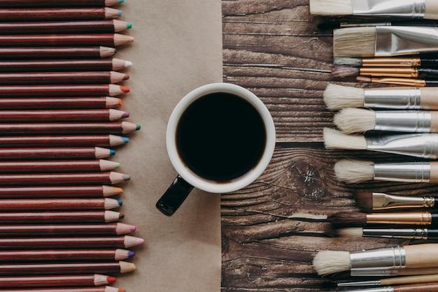 상위 뷰 커피 컵, 브러쉬 및 크레용 무료 사진