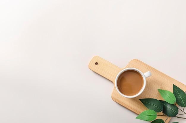 Vista dall'alto della tazza di caffè sul tagliere di legno con lo spazio della copia Foto Gratuite