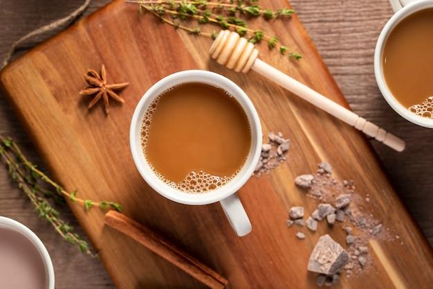 Вид сверху кофейные чашки на деревянной доске Бесплатные Фотографии