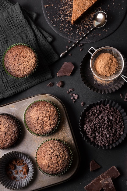Collezione vista dall'alto di deliziosi dessert Foto Gratuite