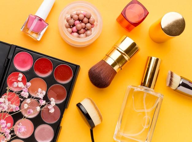 Vista dall'alto collezione di prodotti per il trucco sul tavolo Foto Gratuite