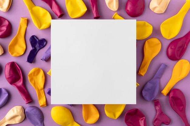 상위 뷰 컬러 풍선 광장 카드 복사 공간 무료 사진