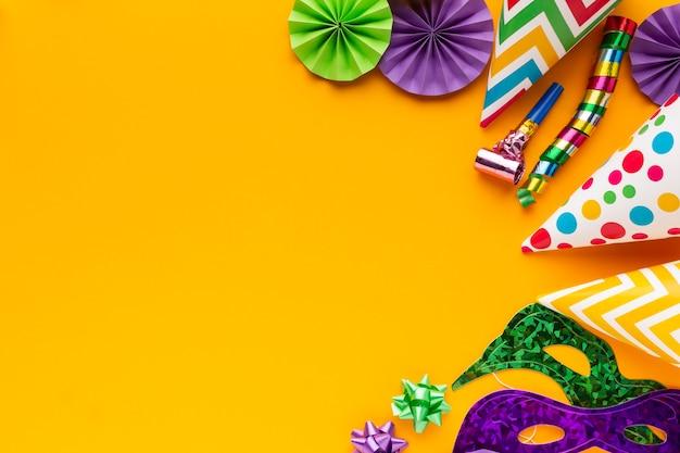 Vista dall'alto maschere colorate e decorazioni copiano lo spazio Foto Gratuite