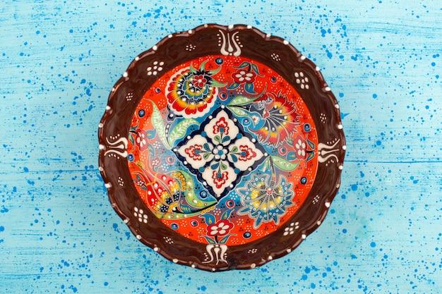 青い机の上に設計された平面図カラープレートラウンド 無料写真