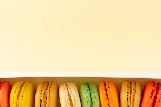 Una vista dall'alto colorati macarons francesi Foto Gratuite