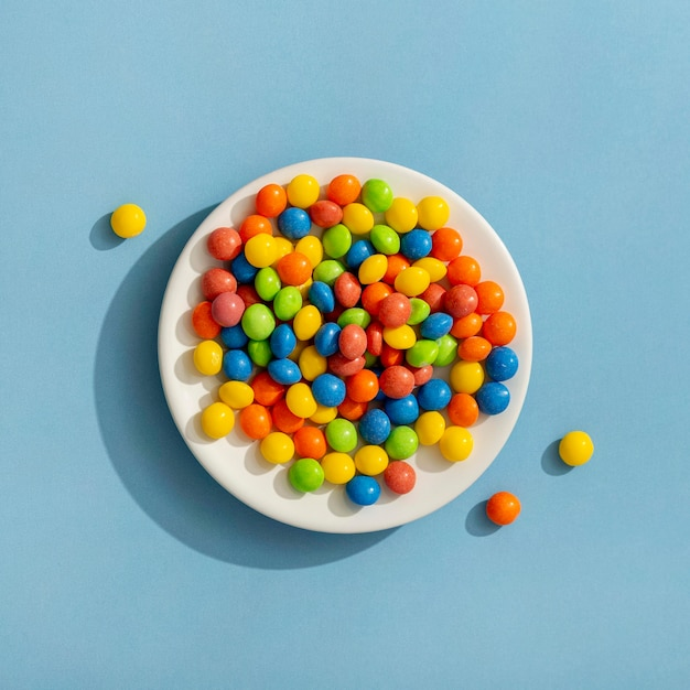 Vista dall'alto di gelatine colorate sulla piastra Foto Gratuite