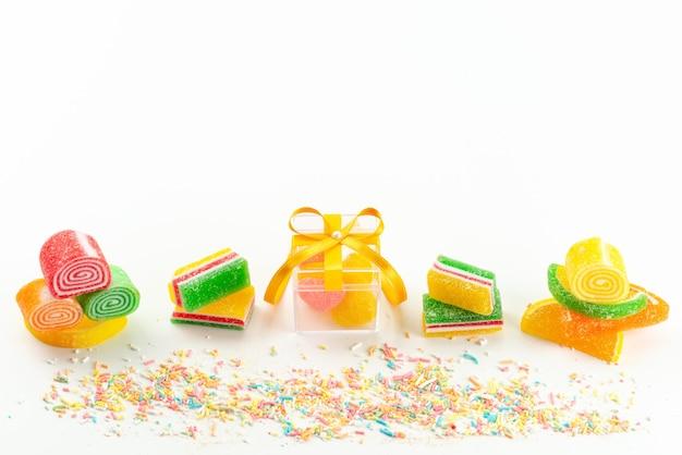 Una marmellata colorata con vista dall'alto configura appiccicosa e deliziosa foderata su dolciumi dolci color zucchero bianco Foto Gratuite
