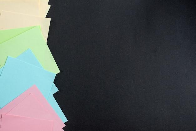 Вид сверху красочные наклейки на темном фоне Бесплатные Фотографии