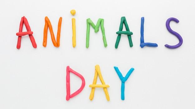 Vista dall'alto della scrittura colorata per il giorno degli animali Foto Gratuite