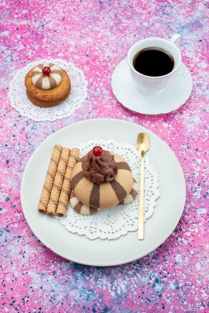 トップビュークッキーと色付きの背景にコーヒーのカップとケーキ砂糖甘いクッキー生地コーヒー 無料写真