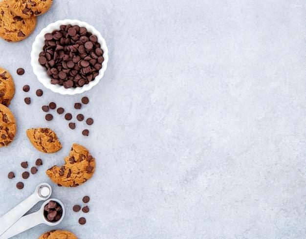Biscotti con vista dall'alto e scaglie di cioccolato copia spazio Foto Gratuite