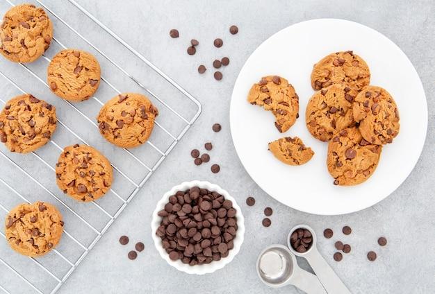 Biscotti con vista dall'alto e gocce di cioccolato in cucina Foto Gratuite