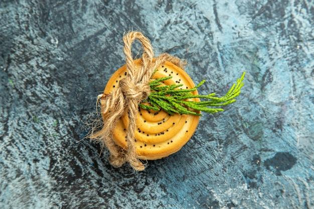Biscotti di vista dall'alto legati con una corda sulla superficie grigia con spazio di copia Foto Gratuite