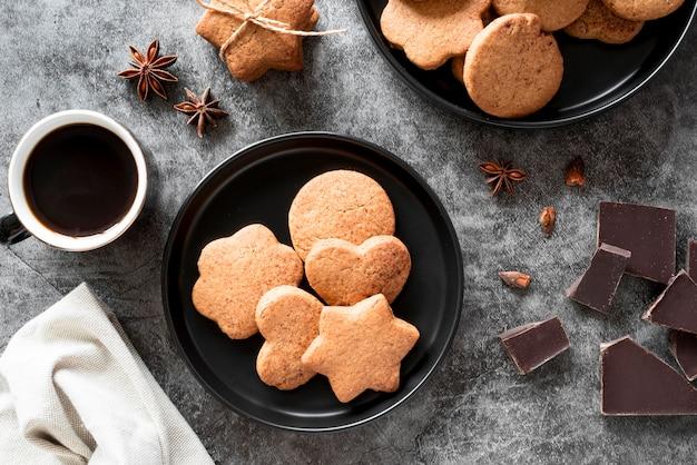 Вид сверху печенье с кофе и кусочками шоколада Бесплатные Фотографии