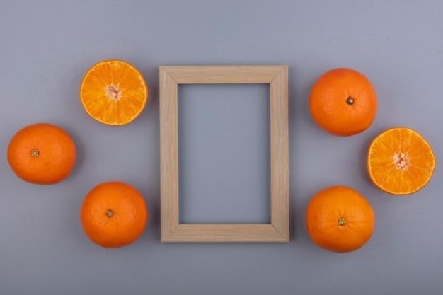 灰色の背景にベージュのフレームとトップビューコピースペースオレンジ 無料写真