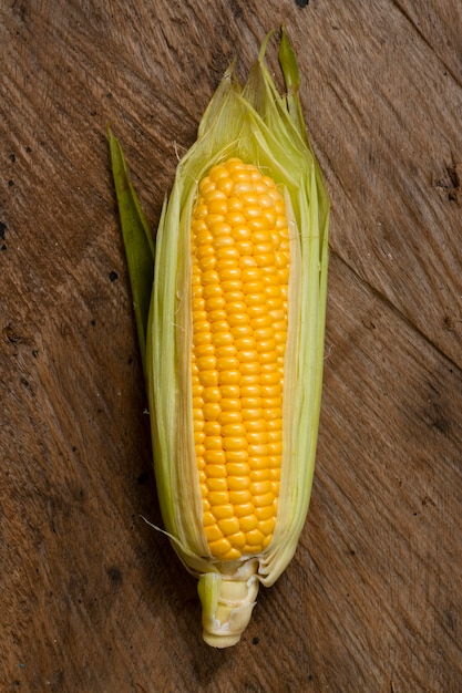 Top view corn with wooden background Free Photo