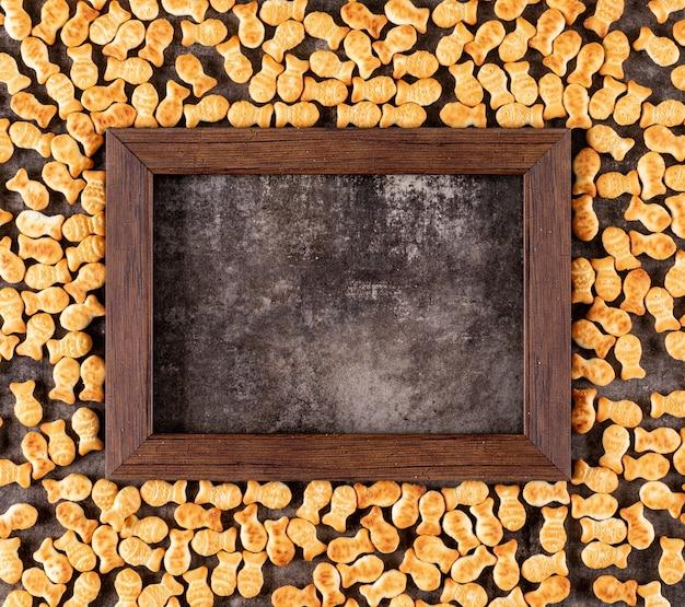 黒い石の水平に木製フレームのコピースペースを持つトップビュークラッカーテクスチャ 無料写真