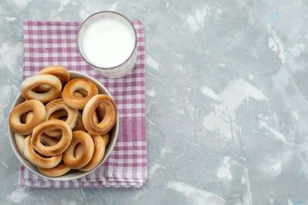 Cracker di vista superiore con latte su gray Foto Gratuite