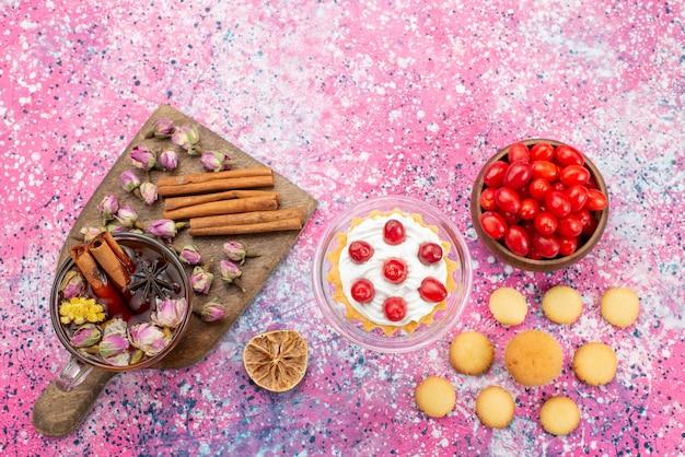 新鮮な赤いクランベリーとシナモンクッキーと明るい机砂糖甘いお茶 無料写真