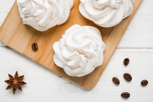 Vista dall'alto torte di crema con chicchi di caffè Foto Gratuite