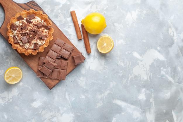 トップビュークリームリトルケーキチョコレートバーレモンライトデスクスイートケーキシュガークリームチョコレート 無料写真