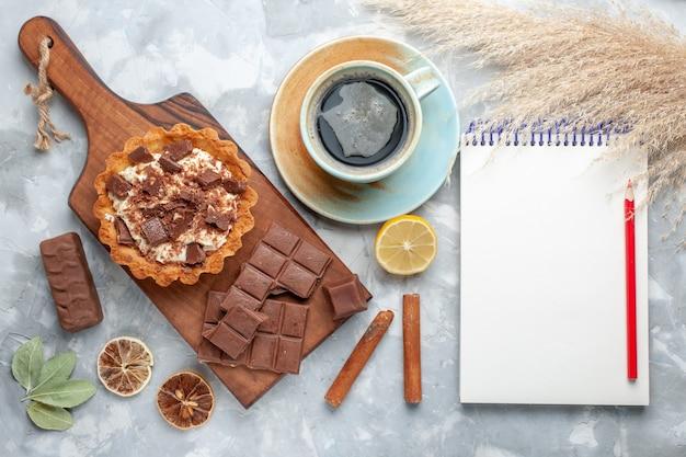 トップビュークリームリトルケーキチョコレートバーメモ帳とライトデスクのお茶甘いケーキシュガークリームチョコレート 無料写真