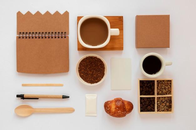 白い背景の上のコーヒー要素のトップビューの創造的な品揃え 無料写真